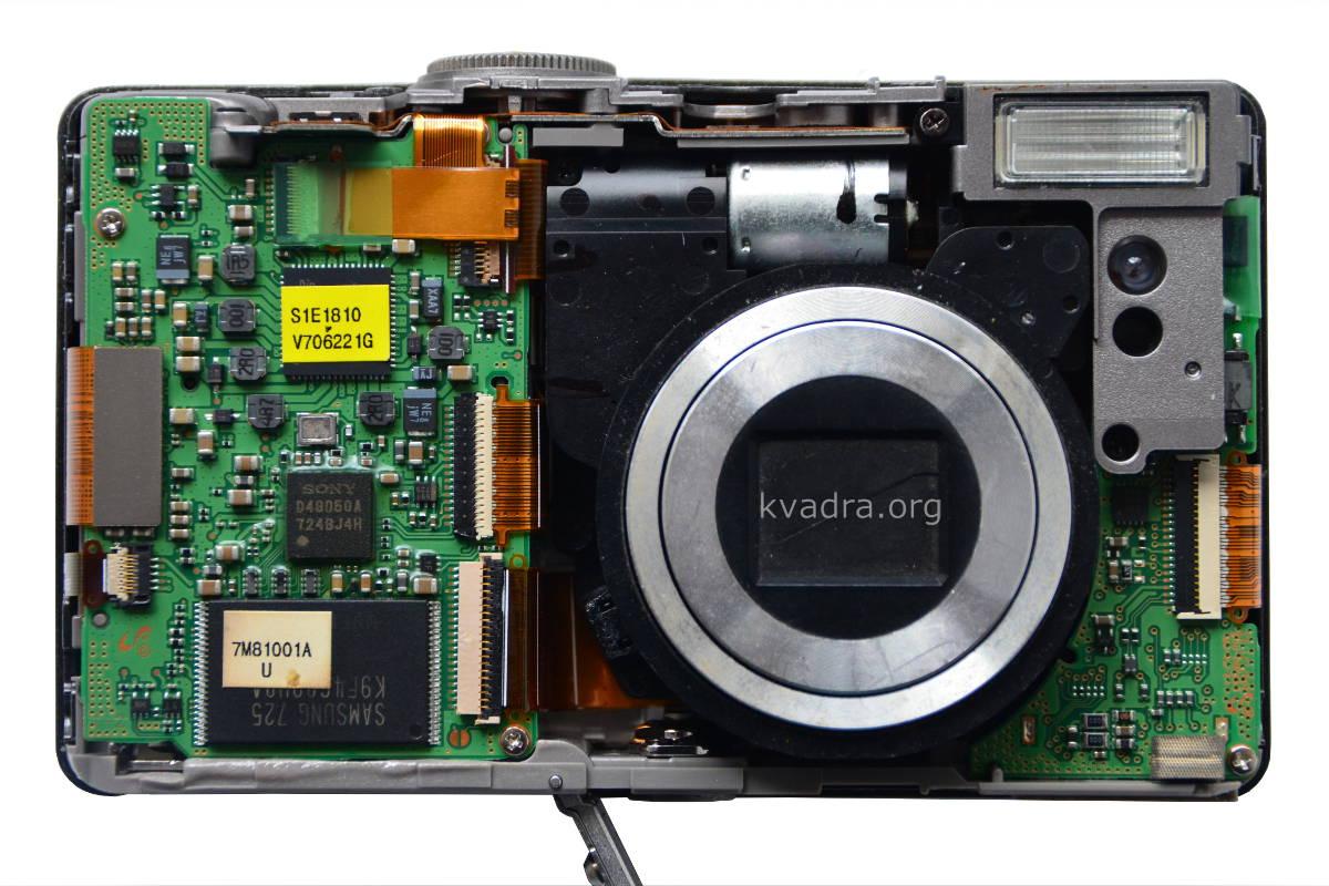 Внутренняя память фотоаппарата (большая прямоугольная микросхема слева от объектива)